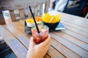 El alcohol puede causar halitosis.