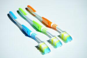 El alineador Invisalign se limpia con un cepillo suave